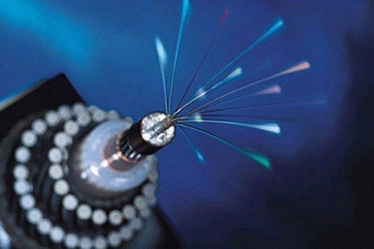 Crean un nuevo tipo de fibra óptica que baja 5 terabytes en un segundo