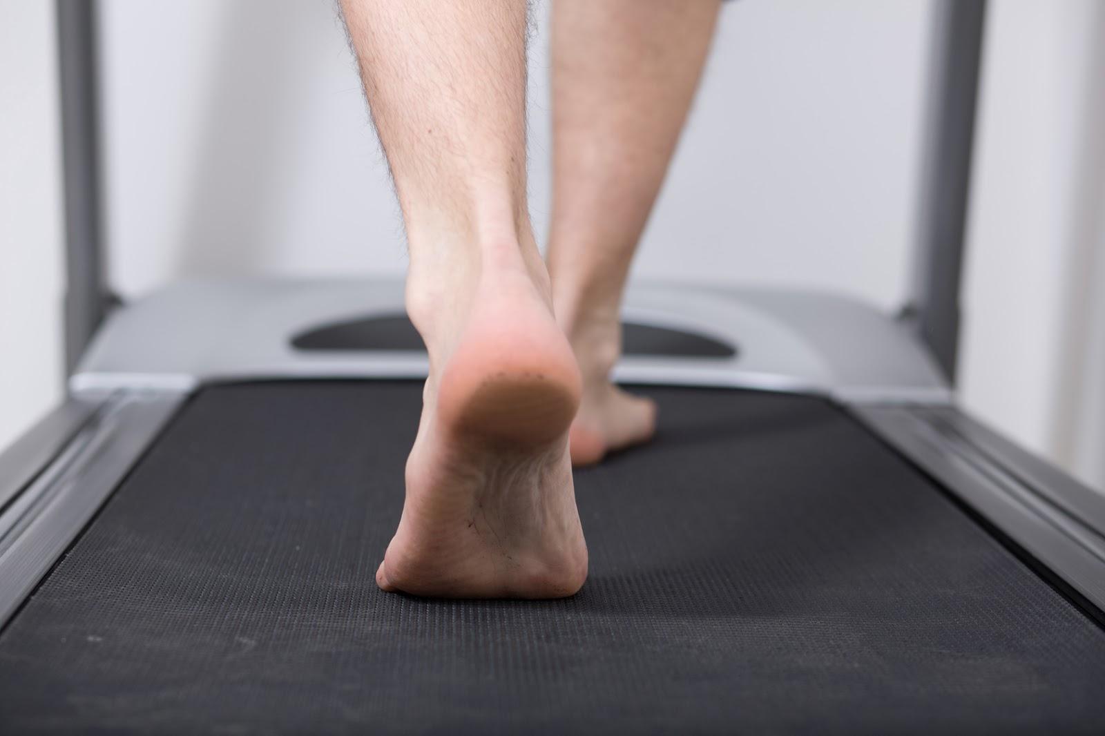 Entrenar descalzo en cintas de correr previene lesiones
