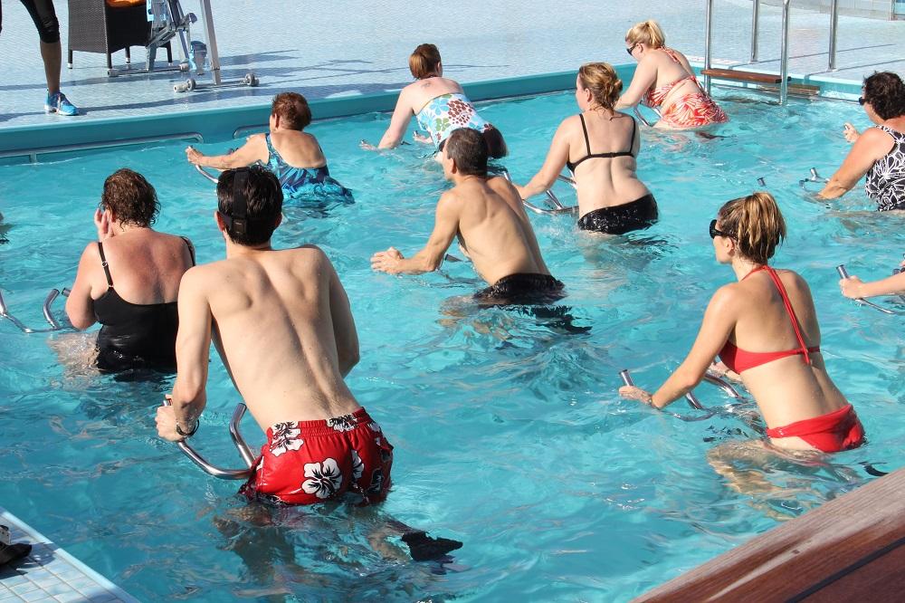 Aquabiking: bicicletas estáticas sumergidas en la piscina
