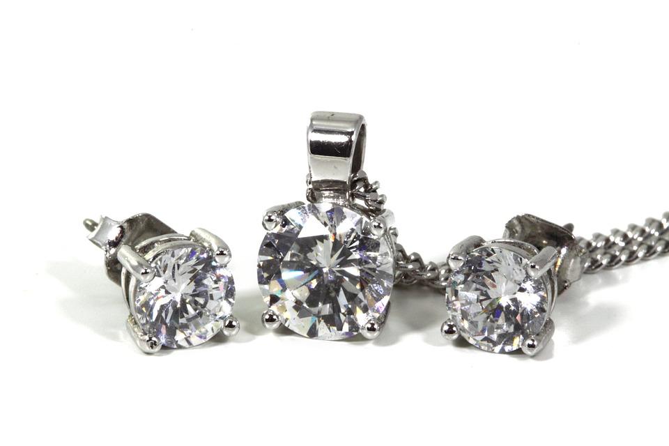 Los pendientes de diamantes brillan en la Semana de la Alta costura de París