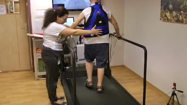 Cintas de correr y realidad virtual para prevenir las caídas en personas mayores