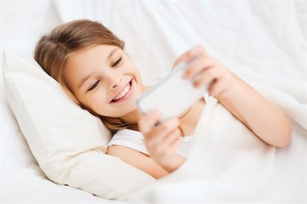 El uso de dispositivos antes de dormir provoca insomnio