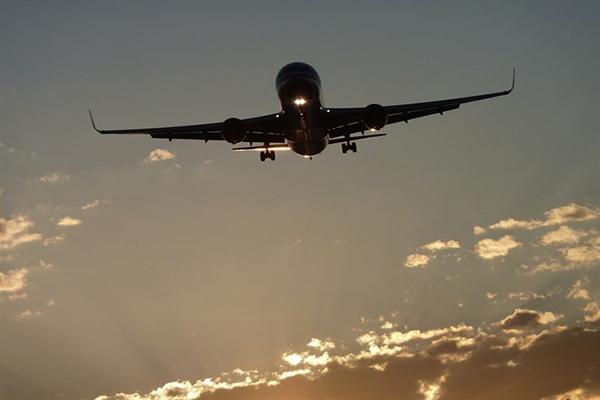 EEUU propone permitir llamadas en los aviones