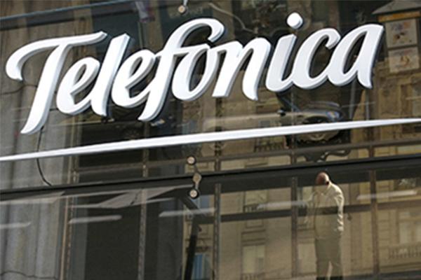 Telefónica cumple las previsiones de mejora y sube un 1%