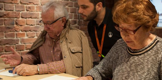 'Al lado de nuestros mayores', talleres de internet para personas mayores
